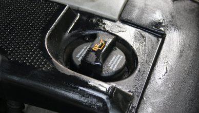 Wlew oleju silnikowego