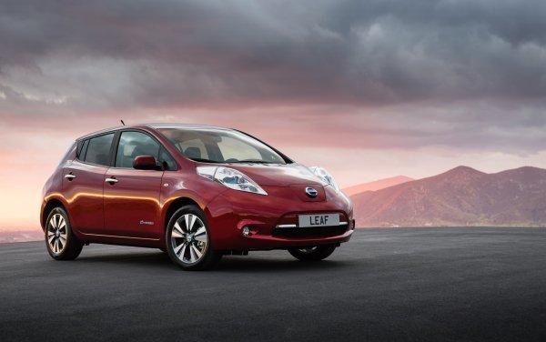 Czerwony Nissan Leaf