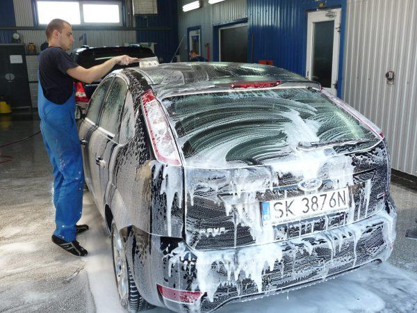 Mycie lakieru samochodowego