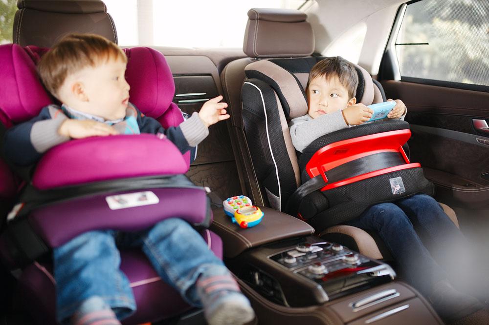 Rozmowa dzieci w fotelikach samochodowych