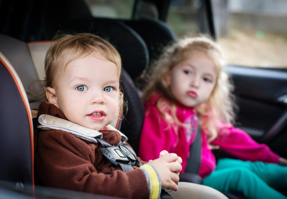 dziewczynki w fotelikach samochodowych