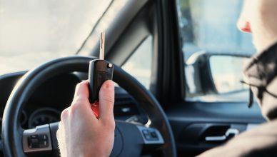 młody kierowca po zdanym egzaminie na prawo jazdy