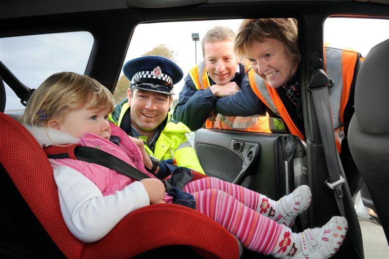 Fotelik samochodowy i policjant