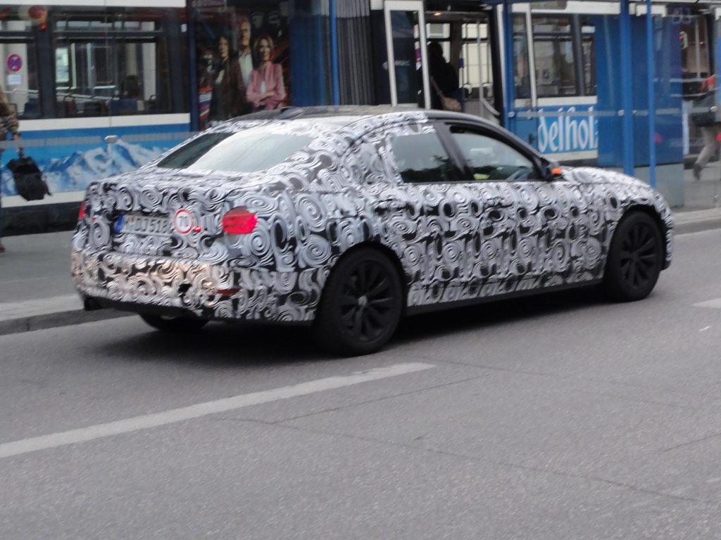Zakamuflowane BMW na ulicy