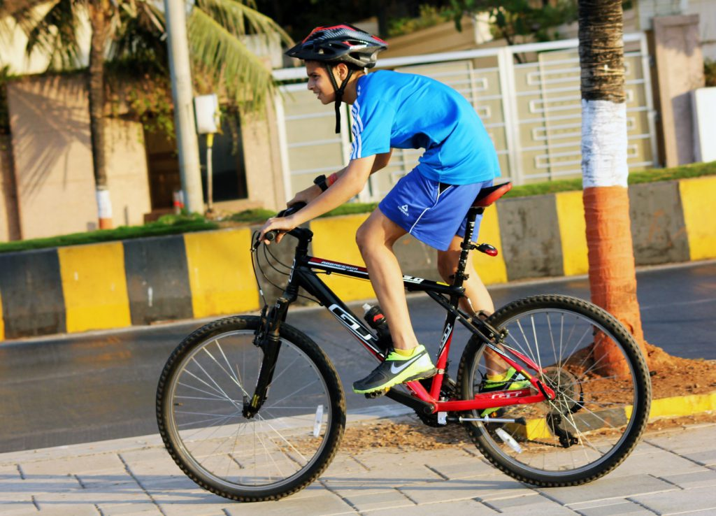 chlopak na rowerze