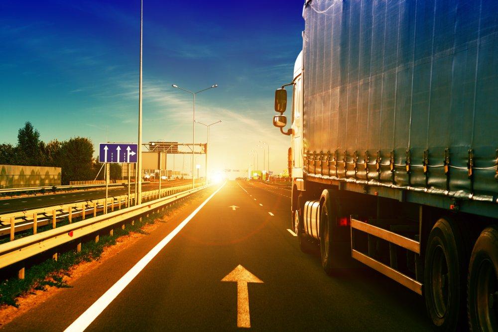 auto-ciezarowe-na-autostradzie