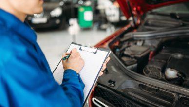 diagnosta przeprowadzający przegląd samochodu