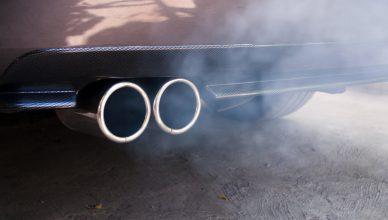 biały dym z rury wydechowej