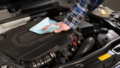 mycie silnika ściereczką i preparatem